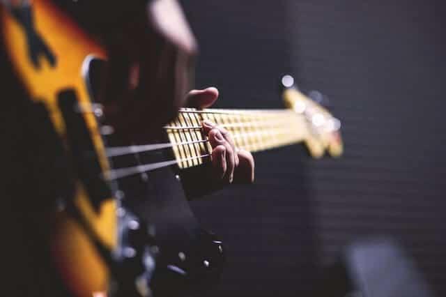 e-gitarre-musiker-spielend
