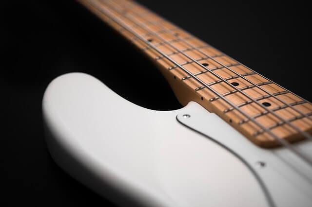 bass-gitarre-weiss