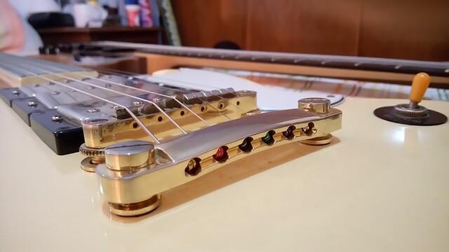 epiphone-gitarre-liegend-nahaufnahme