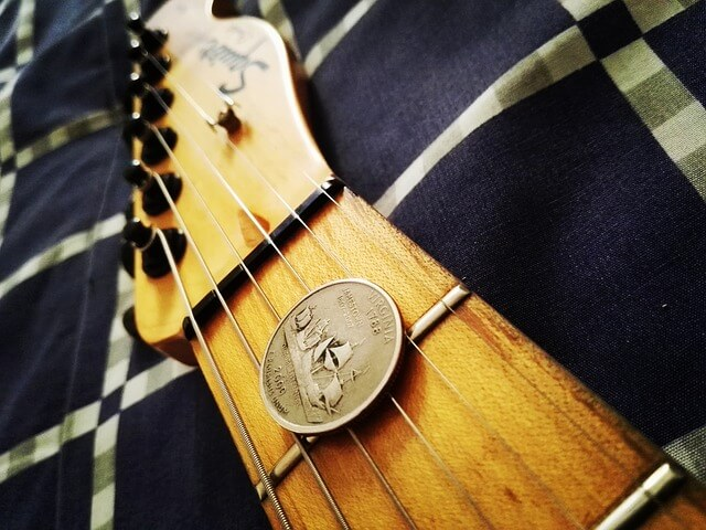 squier_gitarre_liegend_bett