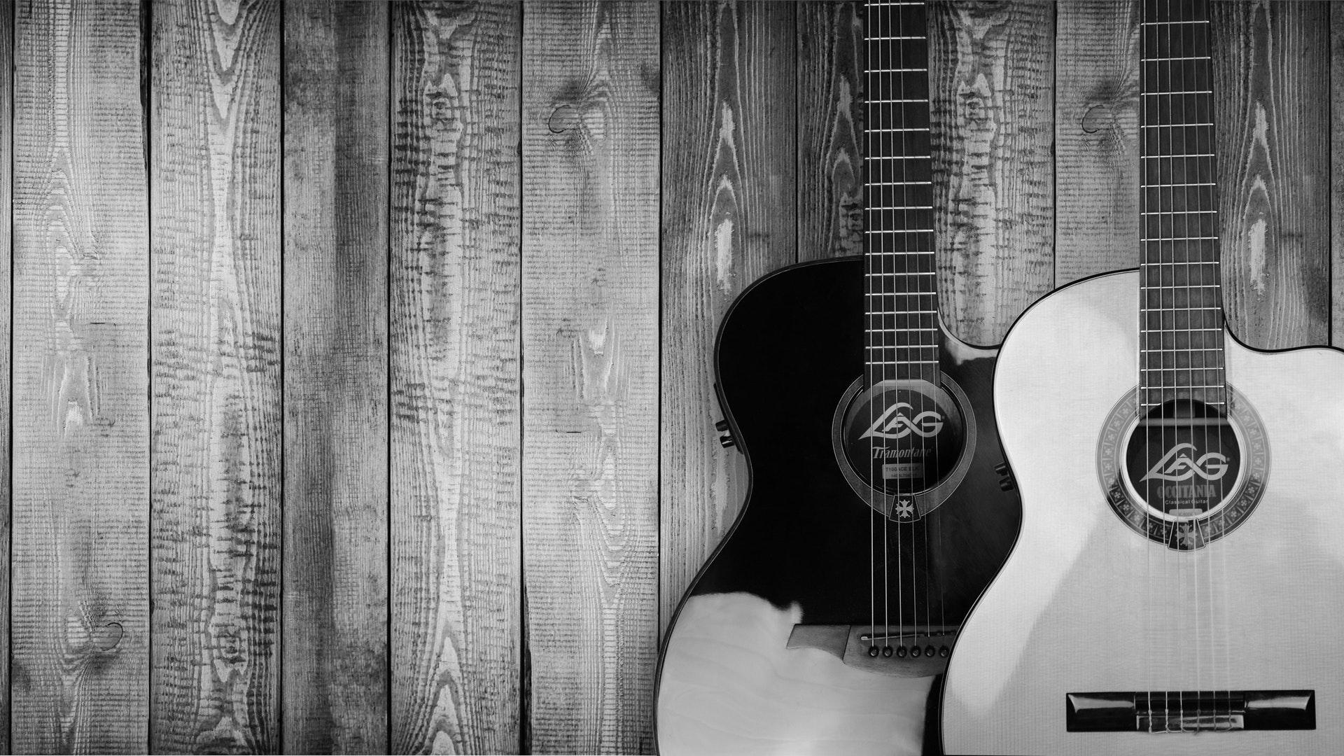 gitarrenständer-gitarren-an-der-wand-schwarz-weiß