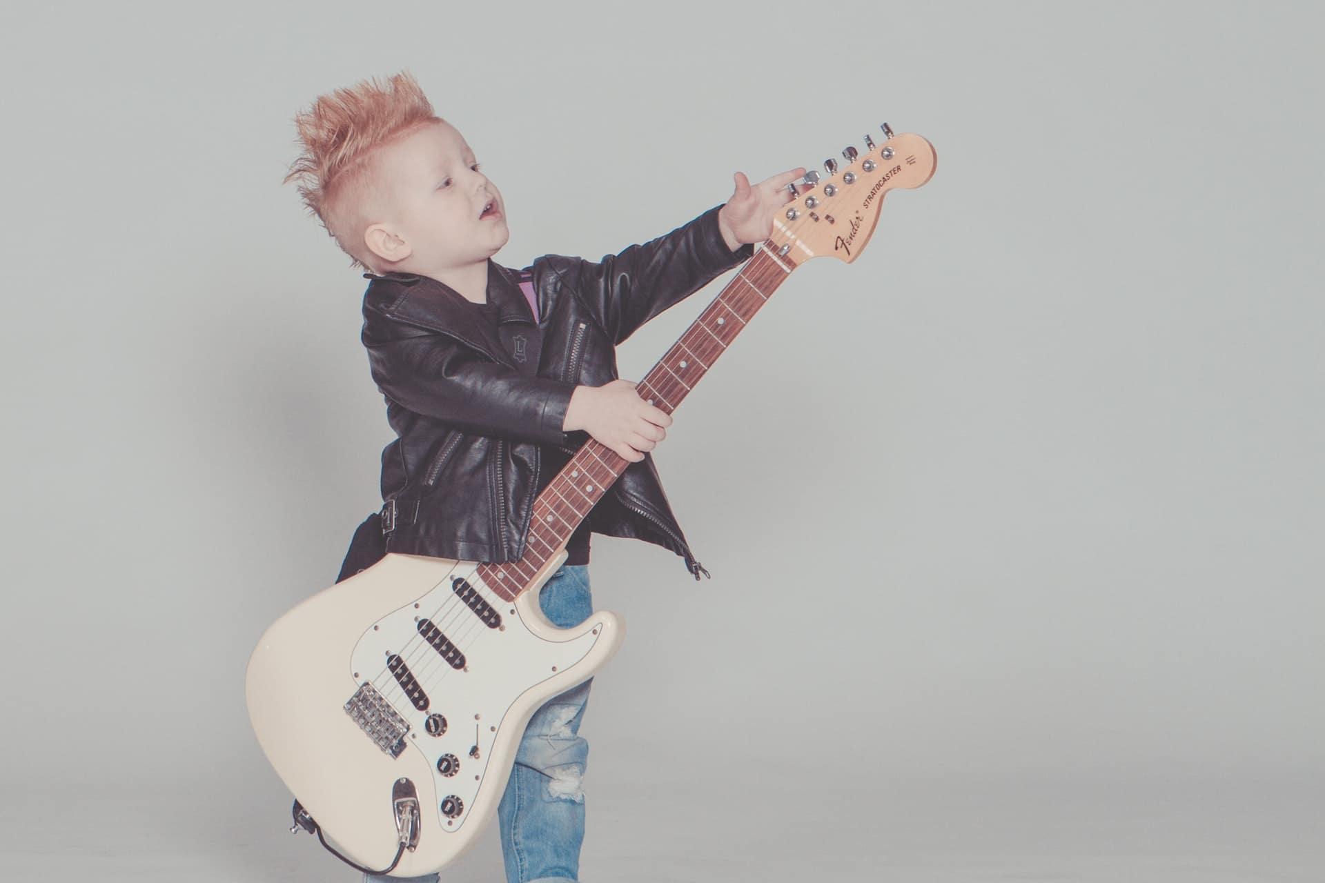 kindergitarre-kind-haelt-e-gitarre