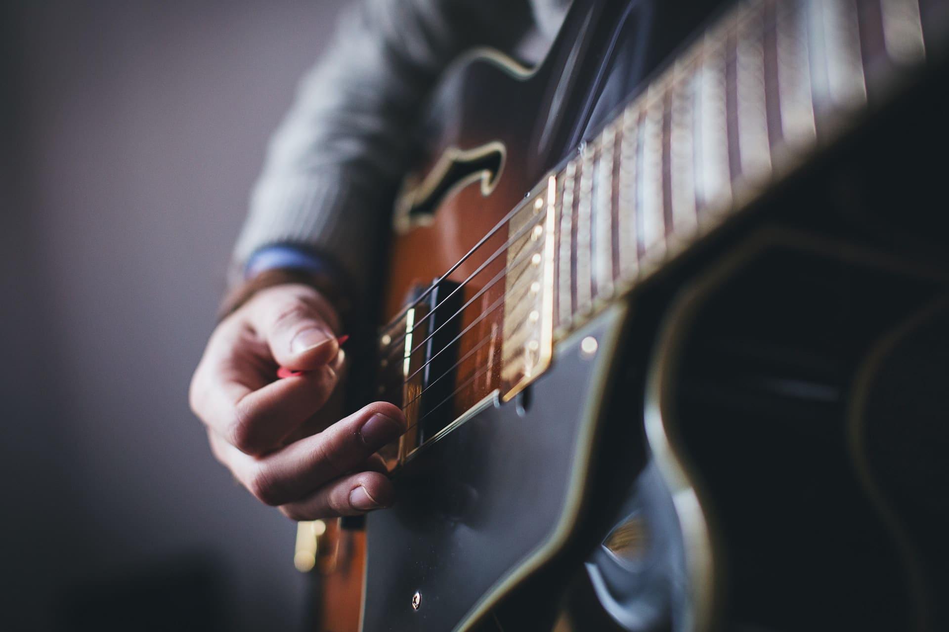 plektrum-rot-gitarrist-spielt